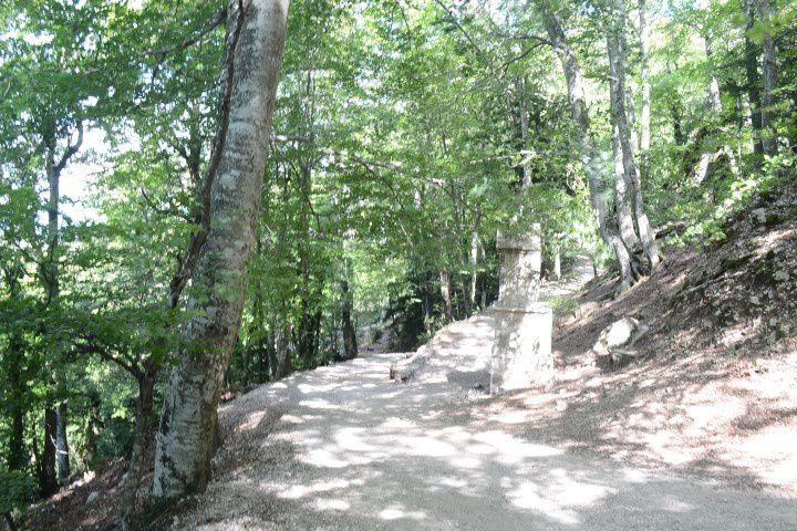 Le sentier des Roys et batiment monastique abrut de la falaise&#x3B; Après 45mns de marche, magnifique point de vue,