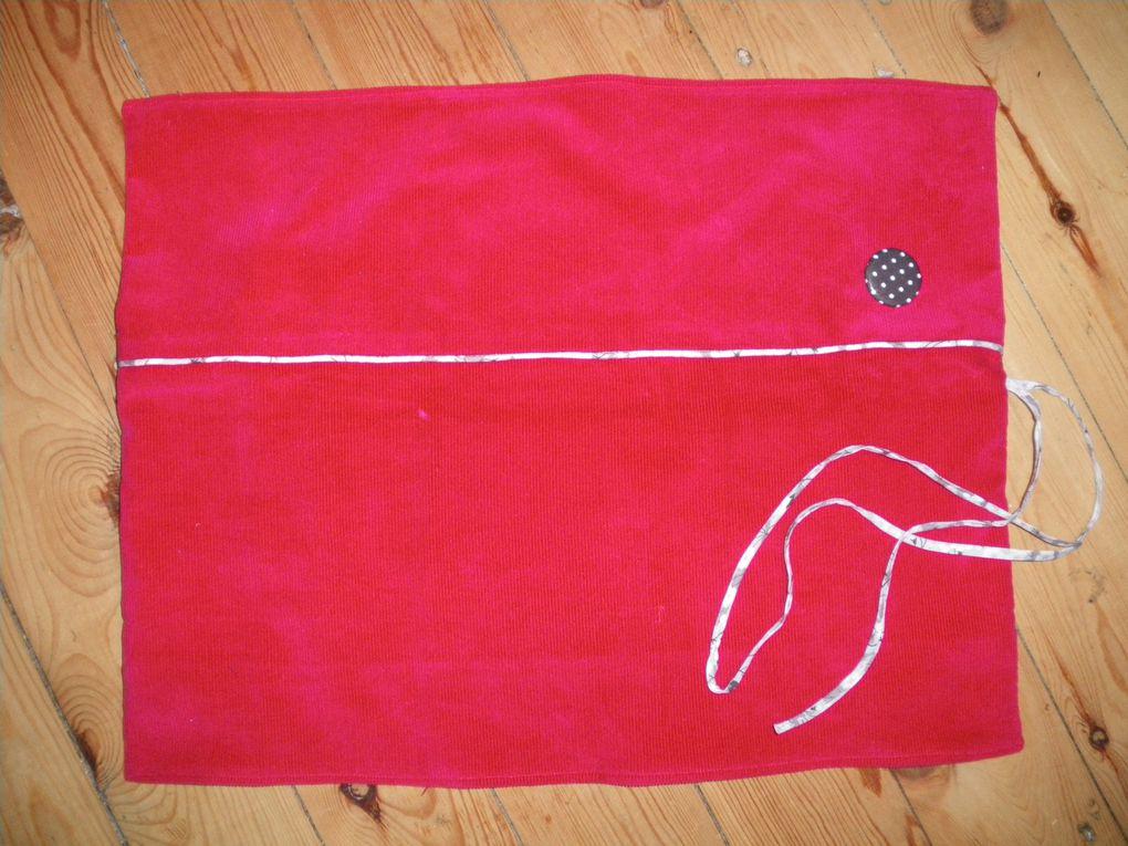 """range-aiguilles, adapté du modèle de Aime comme Marie (extrait du livre """"mes secrets de couture"""").  Velour milleraie rouge (ma petite mercerie), tissu anthracite à pois blanc, biais, passepoil et cordon liberty mitsy gris clair, le tout de chez Motif Personnel  -  http://aimecmarieaddict.canalblog.com/archives/2012/11/14/25579701.html"""