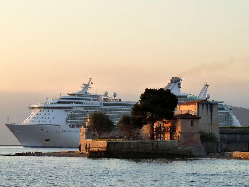 Le fort de L'Eguillette et en arrière plan le Navigator of the Seas
