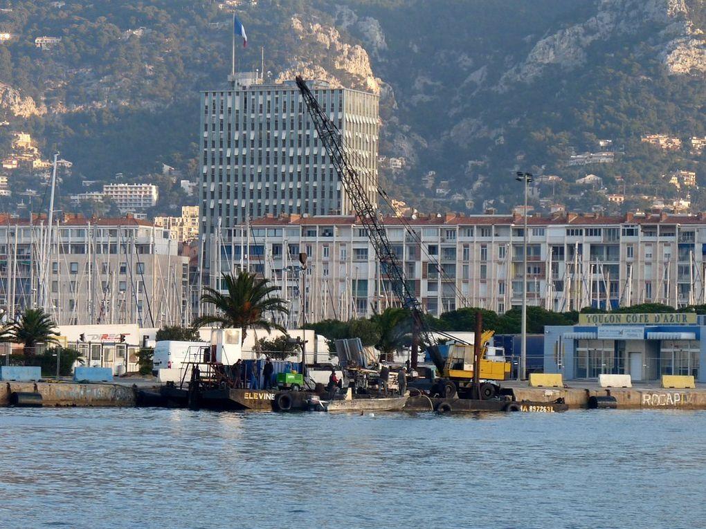 ELEVINE , Barge ,ponton grue dans le port de Toulon