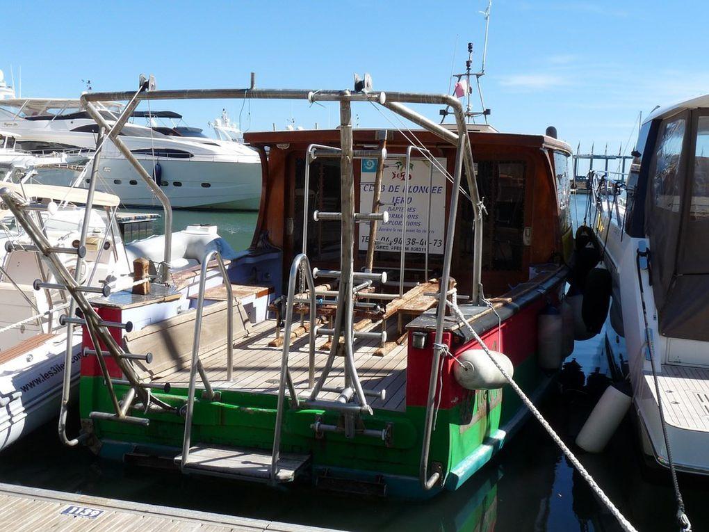 IEROBIS , bateau d'un club de plongée , dans le port de Hyères