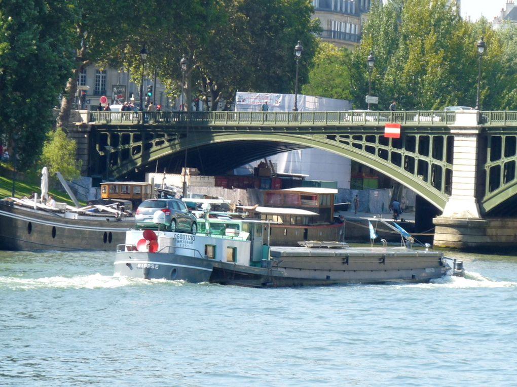RIOPSE , péniche traversant Paris