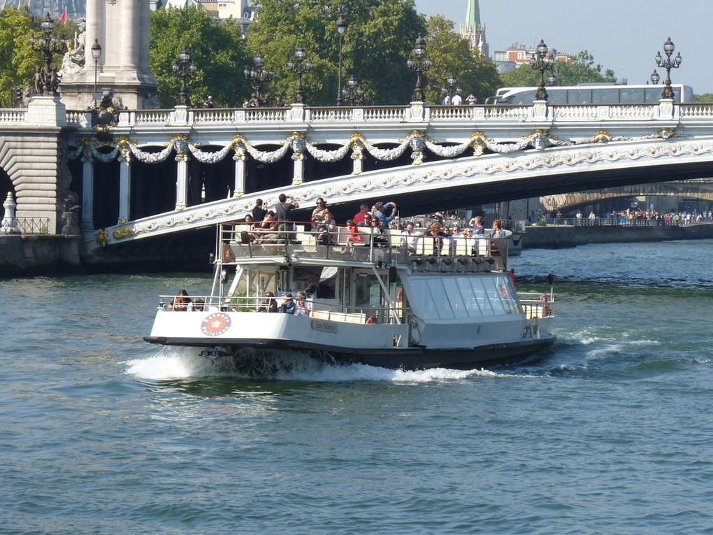JEAN  MARAIS  , sur la Seine pour la visite de  Paris