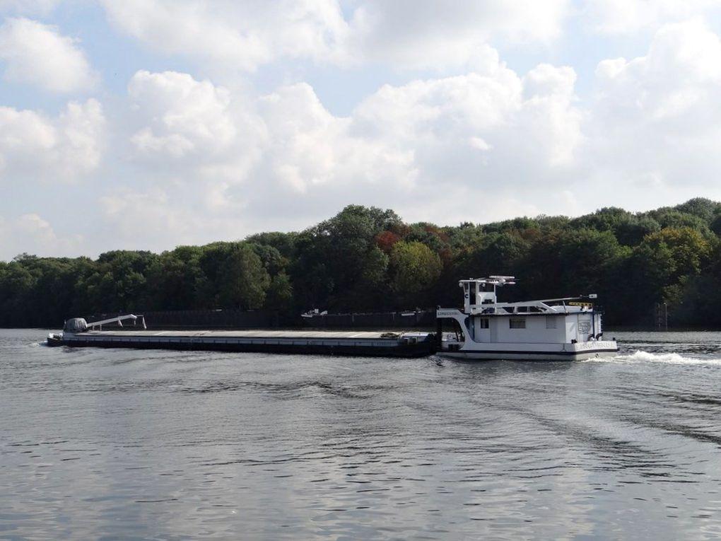 LIGUENDA et la barge COELACANTHE sur la Seine à Conflans Sainte honorine