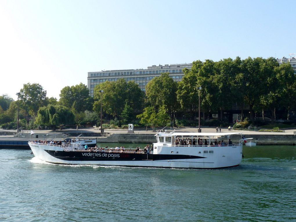 PARIS MONTPARNASSE , sur la Seine à Paris