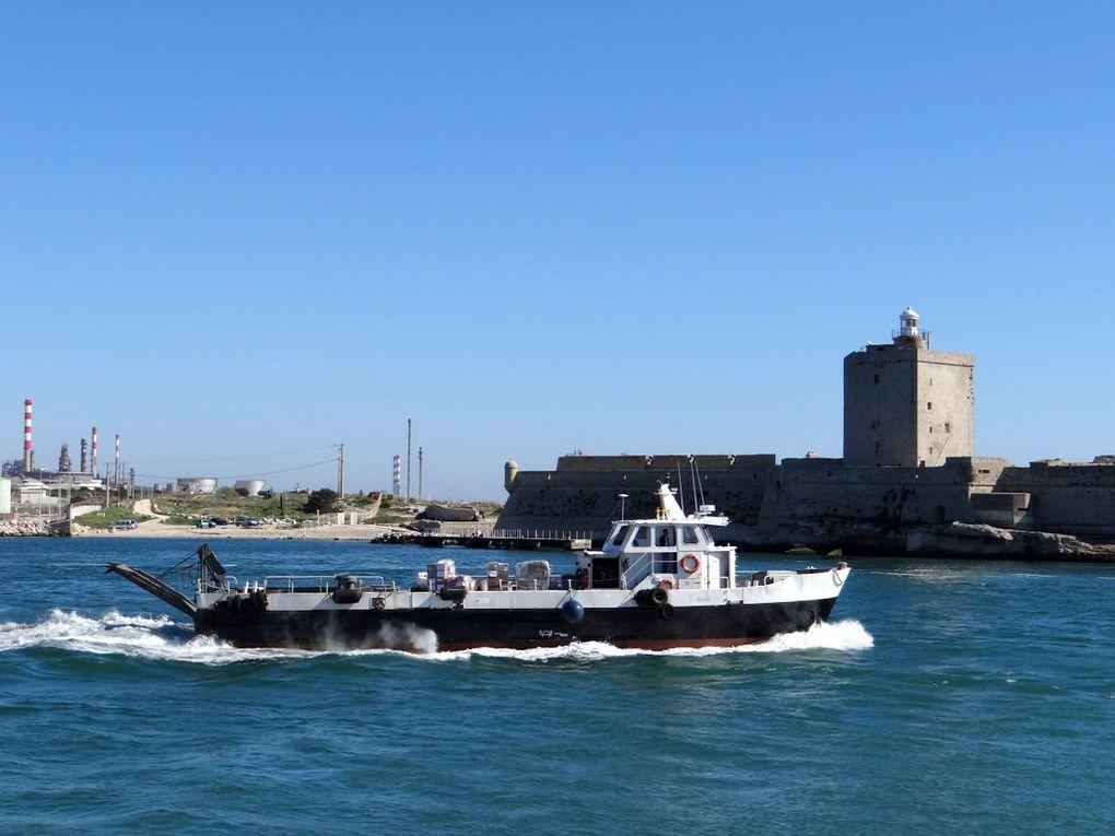 FLOREJAR , navire de servitude pour les batiments au mouillage et  au port de Fos sur Mer et dans celui de Lavera  , le 24 mai 2015
