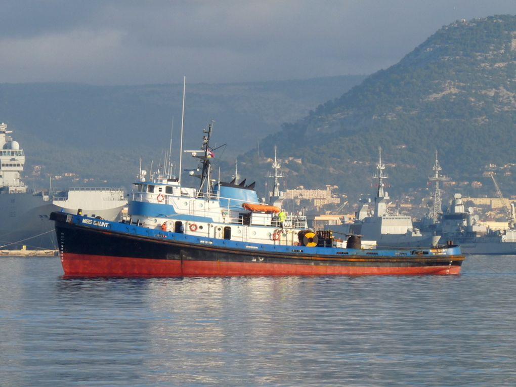 MISS GAUNT , arrivant en rade de toulon  avec en remorque les barges  148 er 149  le 02 janvier 2017