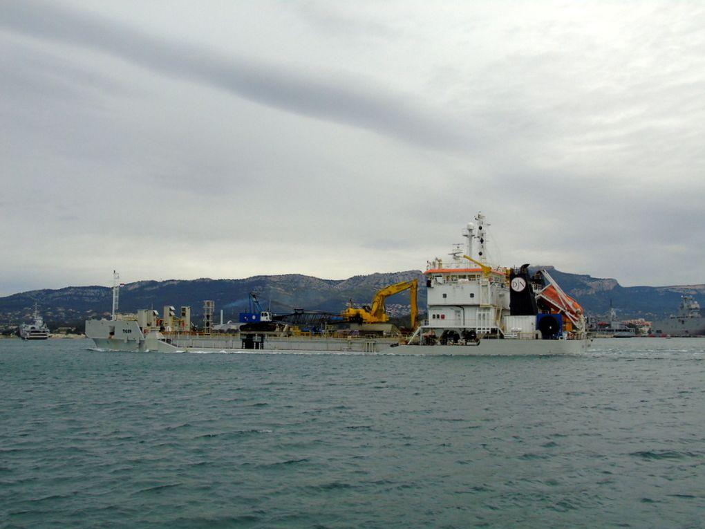 TIGER , chaland à coque ouvrante (SHB) arrivant à la Seyne sur Mer le 27 avril 2017