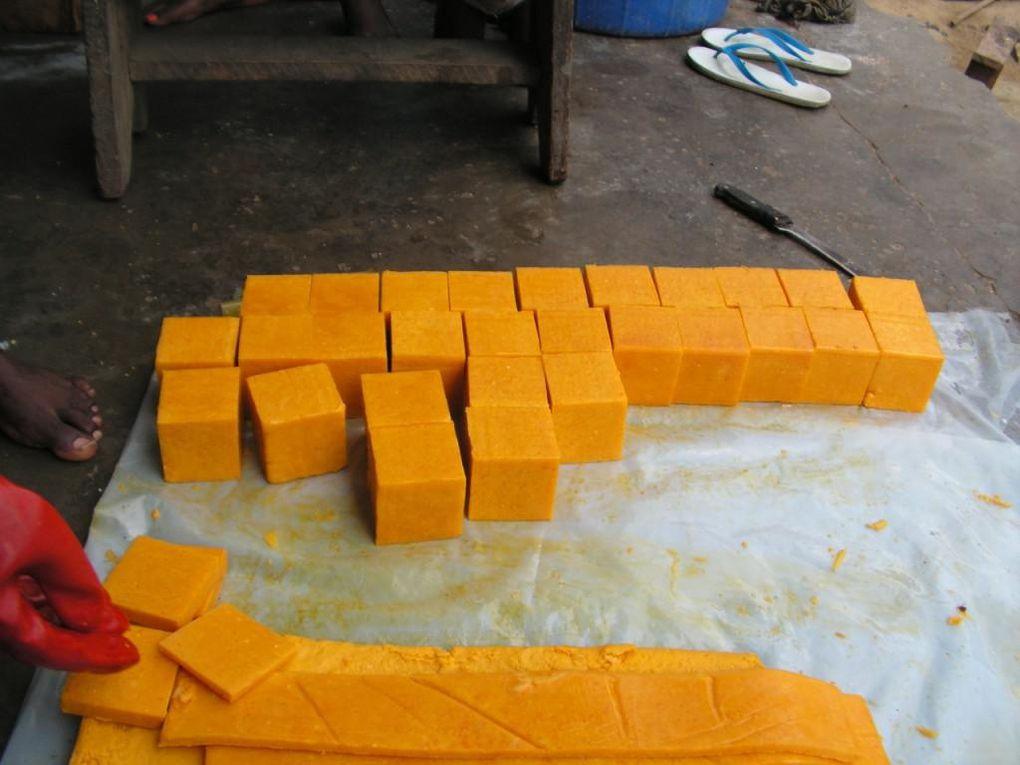 Fabrication des premières barres de savon sous le regard bienveillant de M. Dieudonné