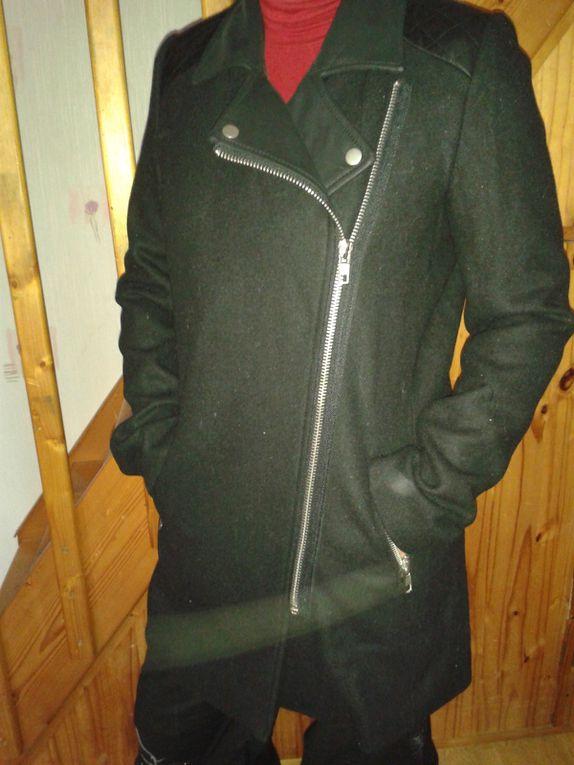 """La pièce fard de ces soldes d'hiver, un manteau bi- matière de chez Pimkie (20 euros au lieu de 75). J'en voulais un depuis longtemps pour faire un peu plus """"femme"""" et je l'ai trouvé (anecdote: une femme le voulait mais je lui ai pris sous le nez alors qu'elle discutait avec la vendeuse &#x3B;)). Qu'est ce qu'on ferait pas pour un manteau? Il a tout: il est bi-matière, il a un zip sur le côté, des poches profondes... Merci au mannequin- maman pour la pose &#x3B;)"""