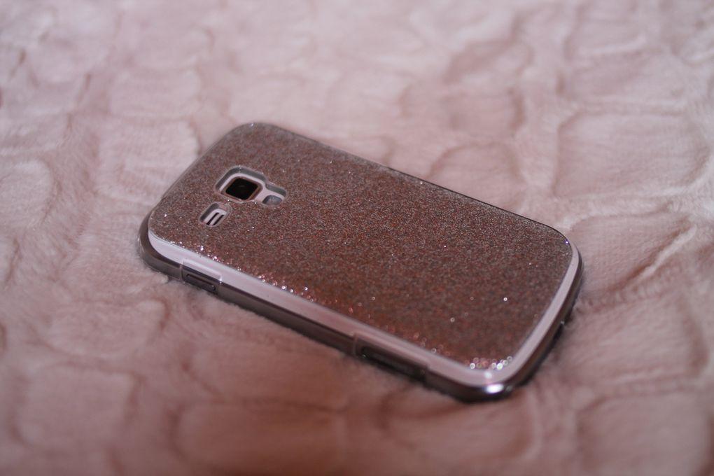 Mon smartphone que j'aime à la folie de tout mon coeur... C'est un simple Samsung Galaxy Trend blanc avec une joli coque pailletée (qui en mettent plein partout mais c'est pas grave). Faute de pouvoir m'acheter un I- phone, je fais avec celui- là et il est très bien aussi. J'y note aussi mes RDV, beaucoup trop de mémos (qui souvent sont aussi écrits sur mes carnets mais au moins je n'oublie pas ou presque...). Et il a une joli housse toute douce pour le fourrer dans le fond de mon sac pour ne pas l'abîmer <3.