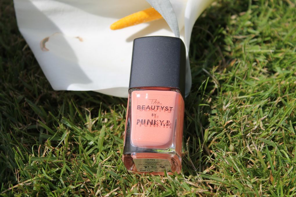 Un joli vernis corail de la collaboration entre The Beautyst et 3 bloggueuses/ youtubeuses (EnjoyPhoenix, CarnetPrune, PunkyB)... J'ai eu celui de Punky B et je le trouve très joli pour cet été =)