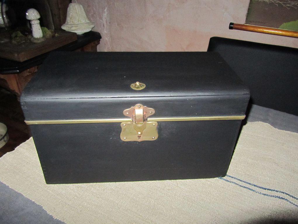 """2013041207 - Ancienne caisse à outils trouvée dans un état lamentable, restaurée, peinte et vernie en noir mat """"olive noire"""", intérieur """"poivre noir"""", ferrures, serrure et plaque numérotée 740 en laiton, 44.5 x 24 x 27 cm, 45€ + 12€ de port."""