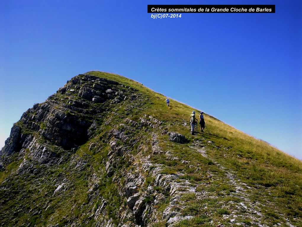 Sommet de Nibles ( Petite Cloche ) culmine à 1 909 m, et la Grande Cloche, ou Cloche de Barles, moins haute, à 1 885 m .