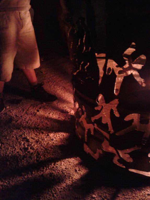 &quot&#x3B;Flor-essence&quot&#x3B; une sculpture, un brasero sur une base de bidon d'huile de vidange.