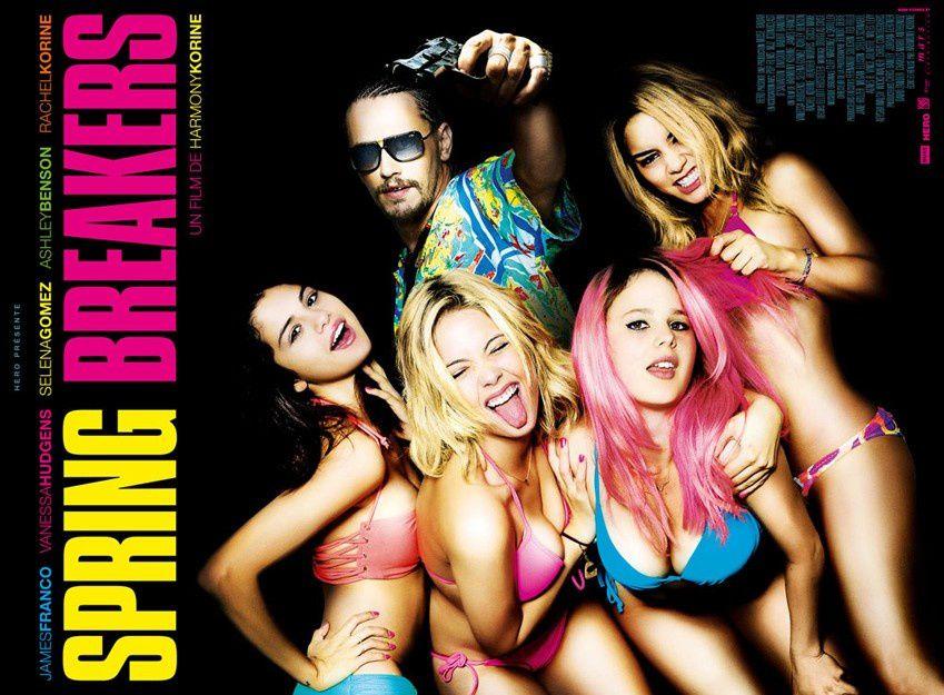 Il faut reconnaître que les affiches du film sont plutôt trompeuses et en même temps honnêtes &#x3B; elles ne racontent rien parce que le film ne raconte rien, elles promettent des filles en bikini et les filles sont en bikini durant tout le film ...