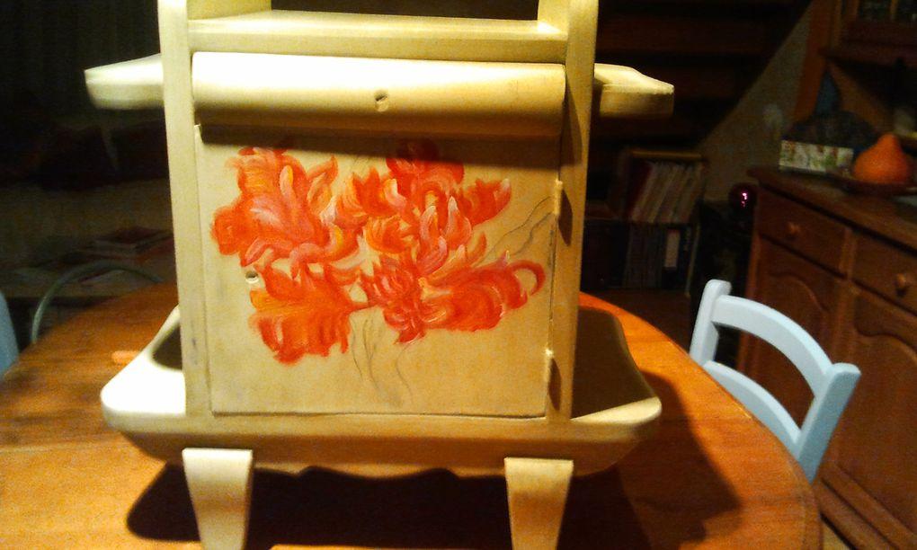 Voici trois étapes de la réalisation d'une petite table de nuit, première étape le passage d'une sous couche, peinture mat acrylique, puis application du gesso avec une légère teinte couleur sable , puis réalisation d'une fleur pour personnalisé l'objet