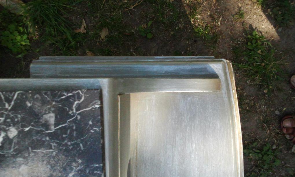 Table de nuit patinée en gris métallisé.