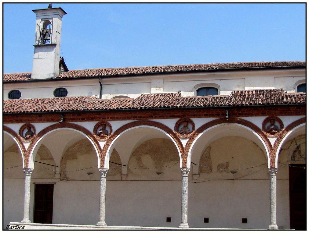... scandito da eleganti arcate a tutto sesto profilate in cotto, poggianti su colonnine dai capitelli arcaici di stile gotico e inframmezzate da medaglioni in cotto con figure, quattro dei quali originali.