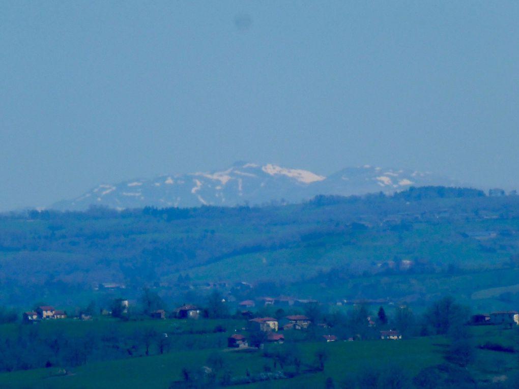 Génial j'ai du débit ce soir...un petit aperçu de la campagne Lotoise, avec les montagnes au loin et Figeac à l'arrivée, sous le soleil!