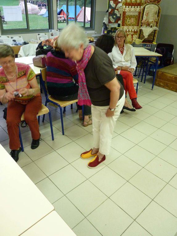 Chantal a chaussé les chaussons offerts à Edith par Sylvie assorti au coloris de la robe de forme médievale