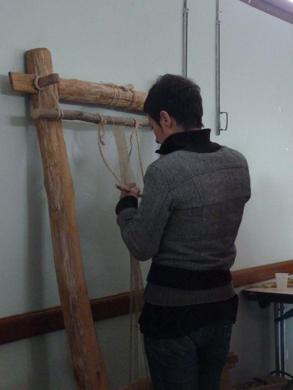 démonstration de tissage de lisse sur un métier « néolithique » reconstitué avec du lin filé au fuseau Photo R.Levaché