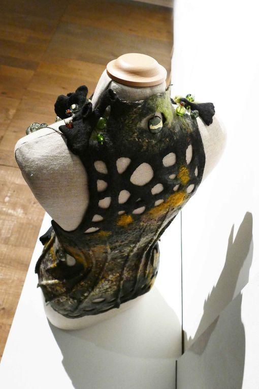 Nathalie Banos Créatrice d'impressions gilet-corset mélant le feutre et le verre de Daphné Binckli photos R.Levaché