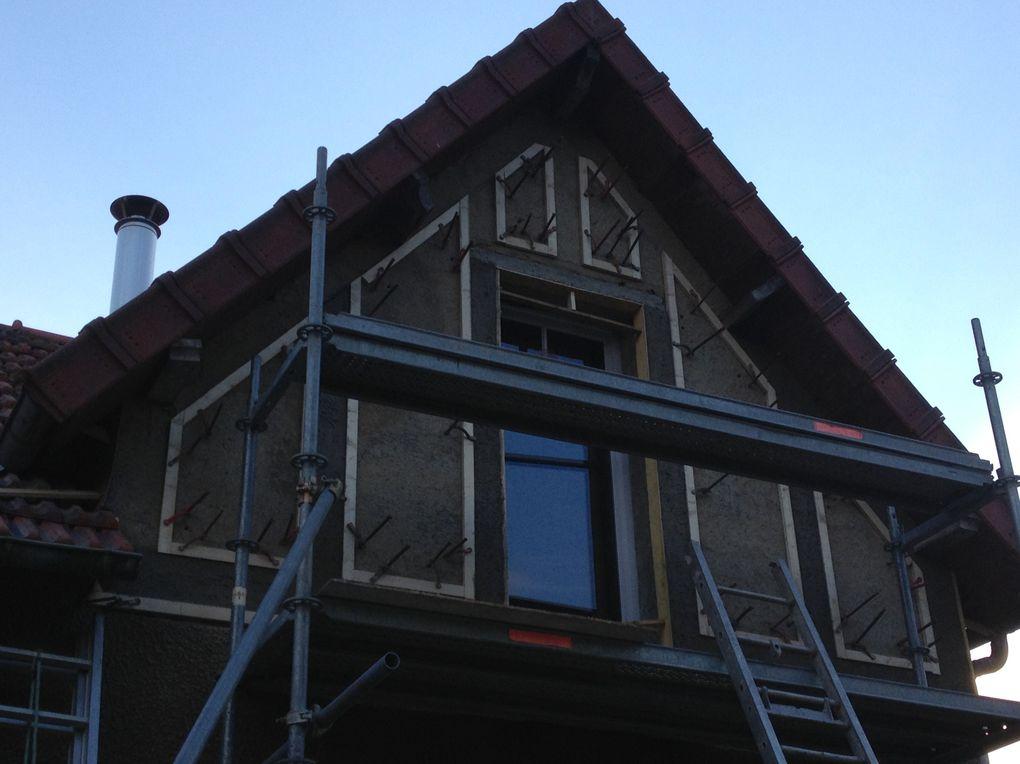 Phase 2 :  Création de nouvelles fenêtres, isolation des combles avec de la ouate de cellulose soufflée, pose d'un chassis de toiture au dessus de la nouvelle trémie d'escalier, installation du conduit d'évacuation et du poêle à bois, suite à la modification d'une ouverture, création de la modénature de la façade sur jardin