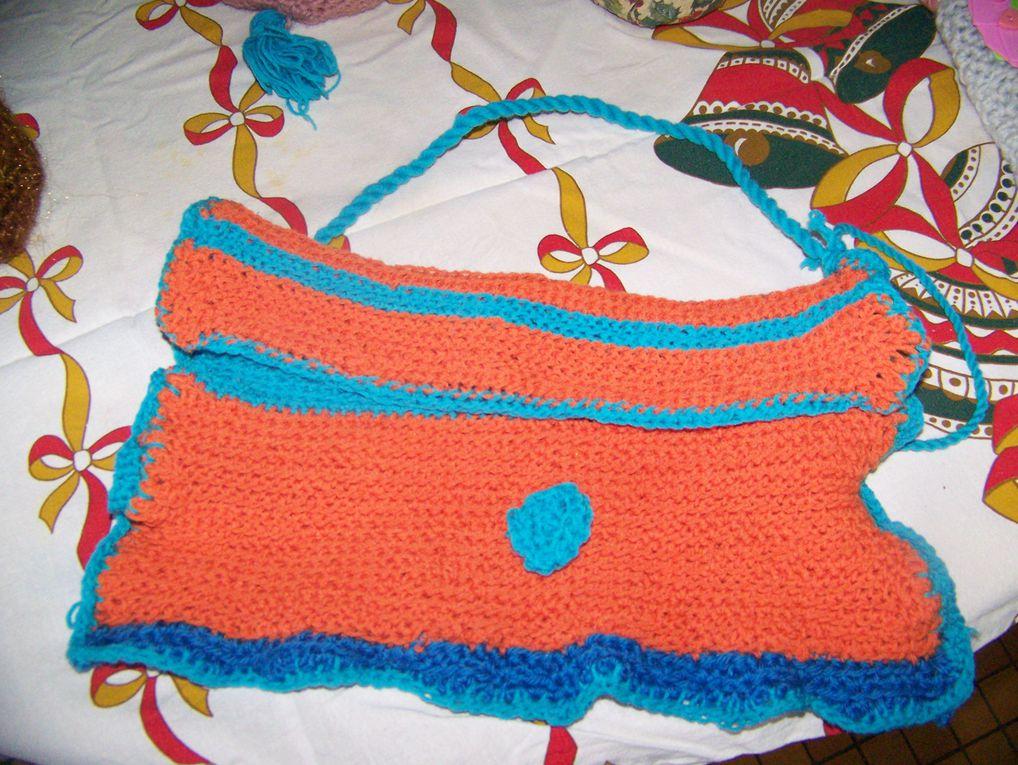 une bourse marron dorée avec pompom, un sac bandoulière bleu et range à fleurs, un sac bandoulièe pompoms bleu et rose pastel