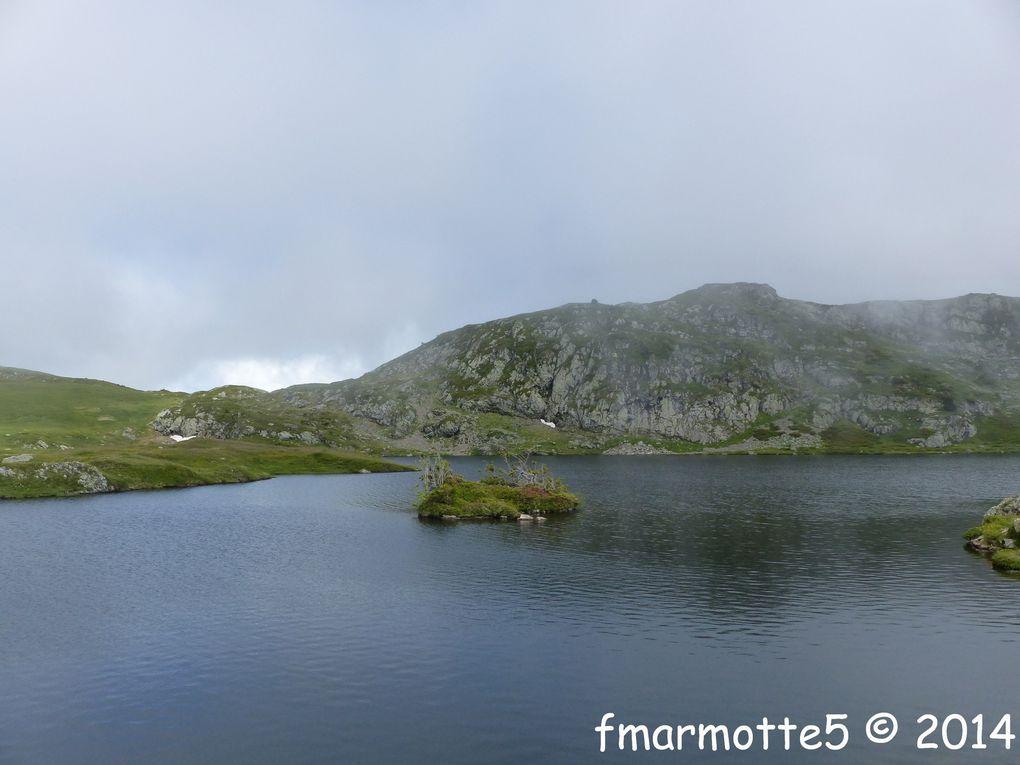 Lacs, tourbières et roches moutonnées du plateau entre Grand Galbert et Taillefer.