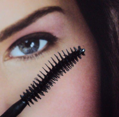 Comment s'utilise la brosse incurvée d'un mascara ?
