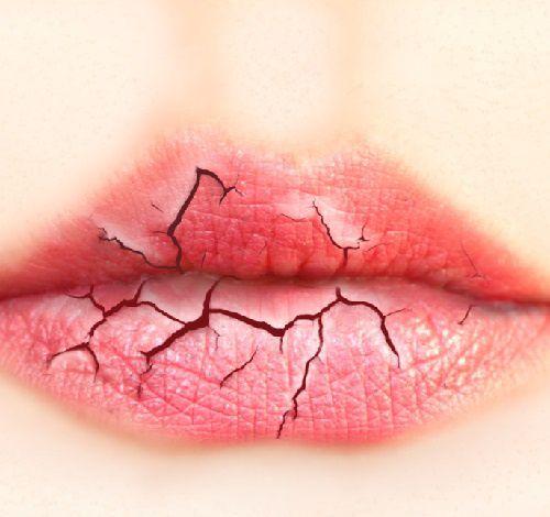 Restaurer des lèvres gercées en trois étapes