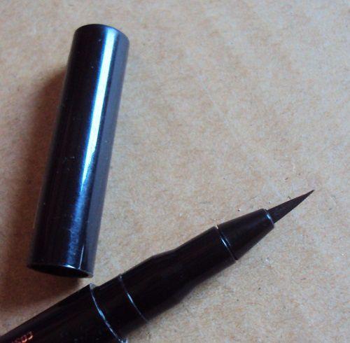 Easy 2 Use eyeliner pen de Essence