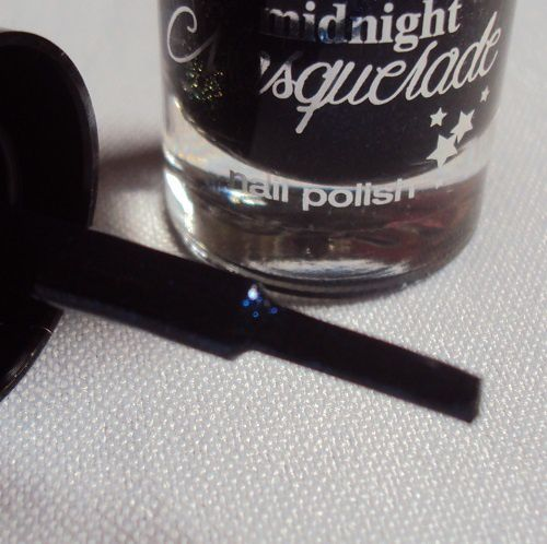 Sur mes ongles : Meet me midnight de Essence (coll Midnight Masquerade)
