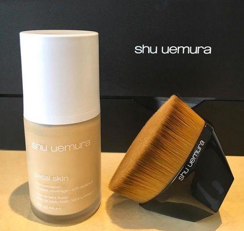 Petal 55 foundation brush de Shu Uemura