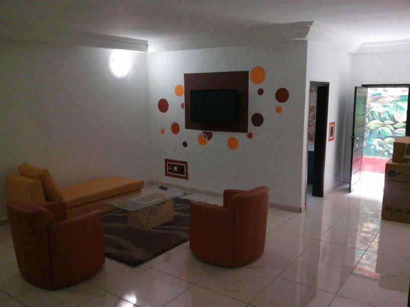 Dans une résidence meublée à la riviera palmeraie 8ème tranche, studios et appartements de 3 pièces de bon standing pour vos séjours professionnels ou en famille à Abidjan. Le 3 pièces comprend un séjour, entièrement meublé et équipé, deux chambres avec une douche et des toilettes, une cuisine, un WC visiteur: 60 000 Fr - 92 Euros par jour. les studios: 30 000 Fr - 45 Euros par jour Tél: 00 225 22 49 47 95 - 00 225 49 29 87 89.