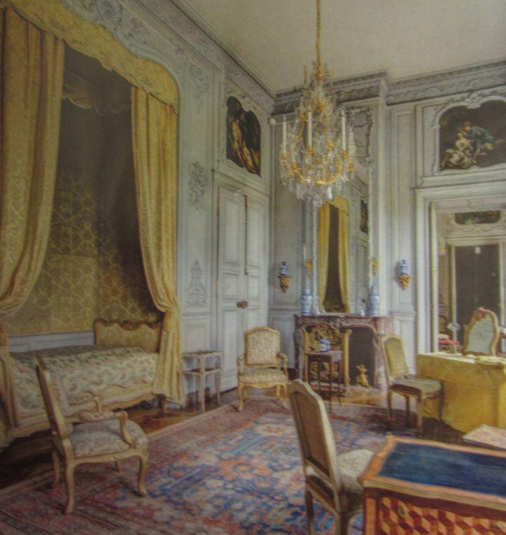 Plus de 900 objets et meubles précieux ornent cette belle demeure. Il est l'un des châteaux de l'Ile de France le plus meublé.