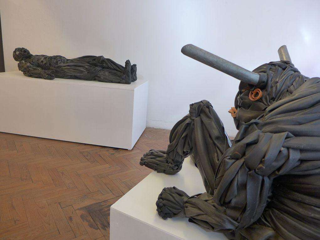 Le Minotaure veille sur le Golem gisant face Aux Racines du Mal, un hommage à Hiéronymus BOSCH