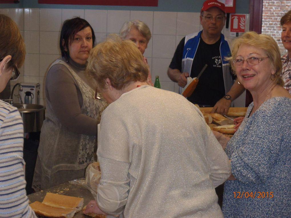 Les bénévoles aux sandwichs