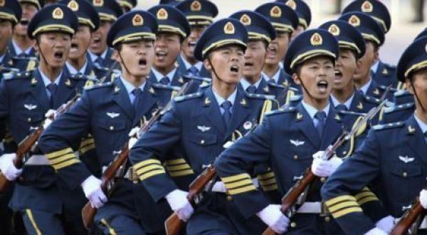 L'Histoire de la Chine, aprés des décennies d'immobilisme fatal, devint un chaos d'où elle renaît sans cesse...