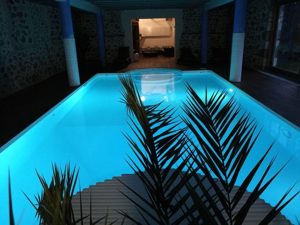 piscine intérieure éclairée de nuit