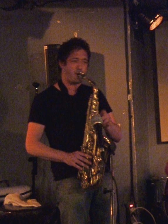 Les photos prises lors de deux concerts. Le saxophoniste est vraiment bon.