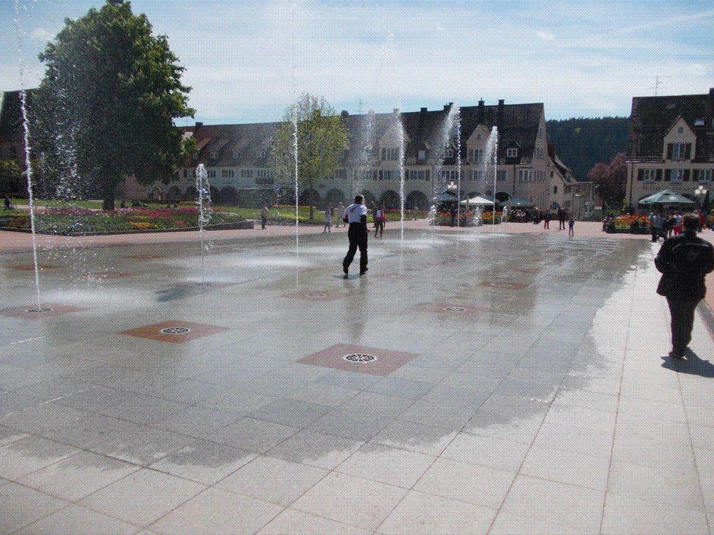 DIAPORAMA 06 PHOTOS -  Une place avec des jets d'eau,