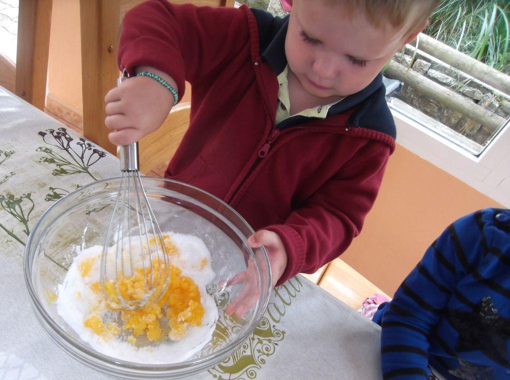 Préparation de la pâte du fondant chocolat par Emy et Charlie.