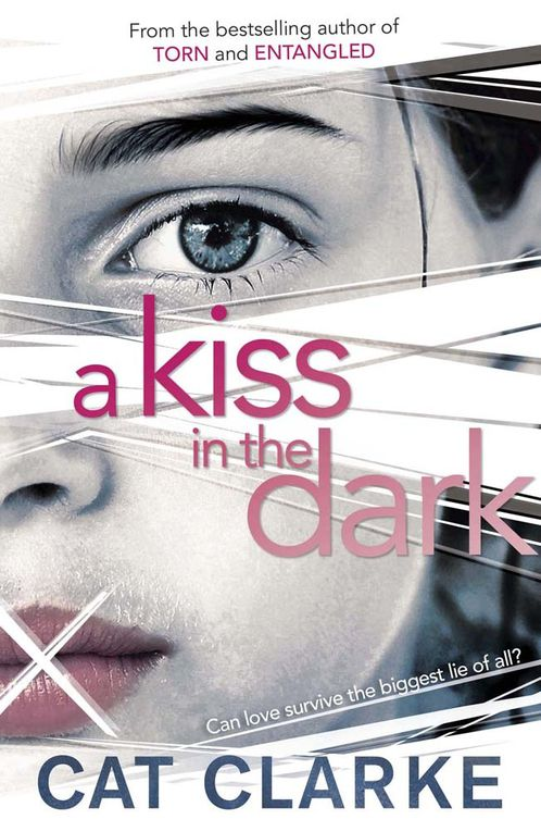 A kiss in the dark de Cat Clarke ♪ Guard you ♪