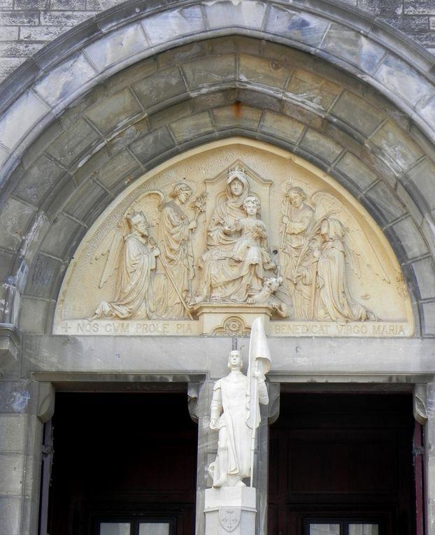 Sculptures au-dessus des portes. Celles des portes latérales représentent la pêche, une des principales activités à cette époque (pêche à la baleine)
