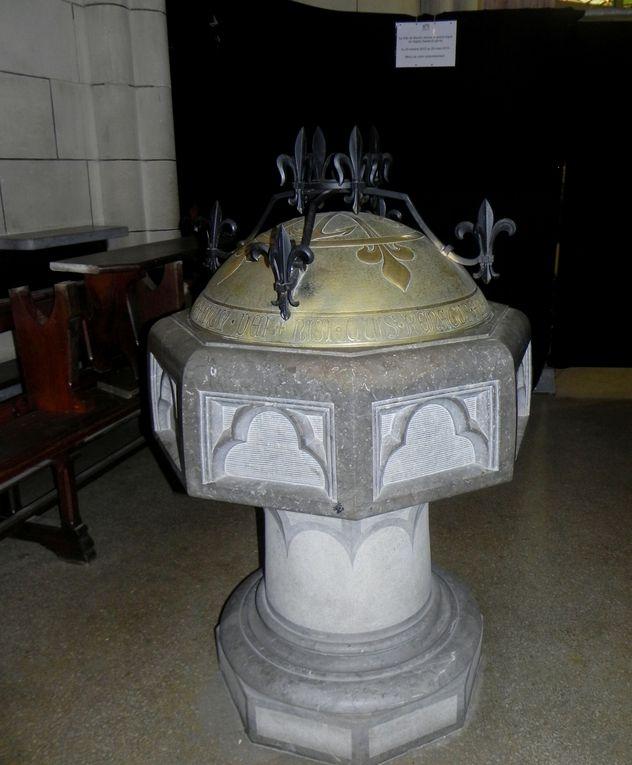 Sur le baptistère, sur chaque banc, sur la mosaïque tout le long de la grande nef, dans le choeur, etc ....