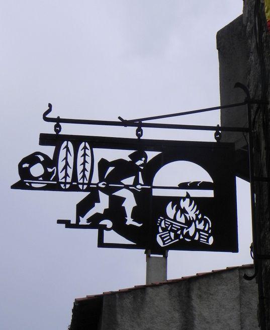 Ces enseignes ont été photographiées à Villefranche-de-Conflant (Pyrénées orientales)