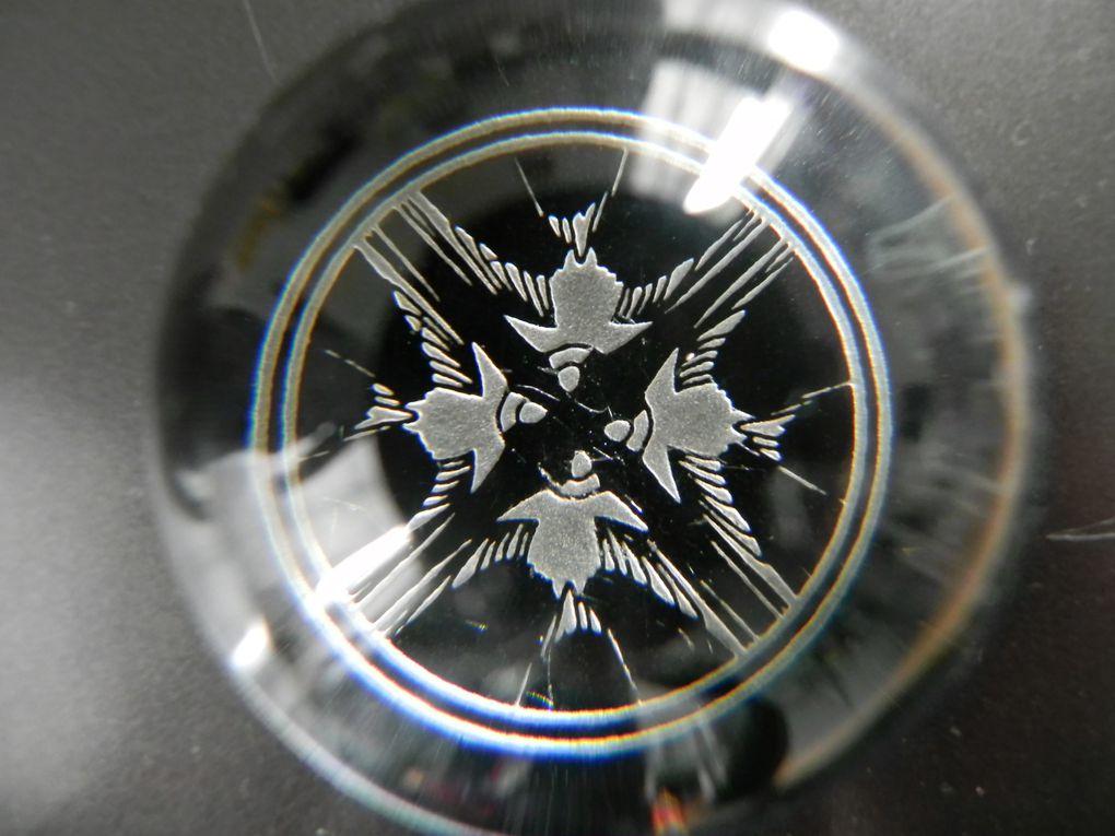 Presse-papiers de Lalique. Il est petit et la gravure (des hirondelles) est magnifique. René Lalique né à Ay (Marne) en 1860