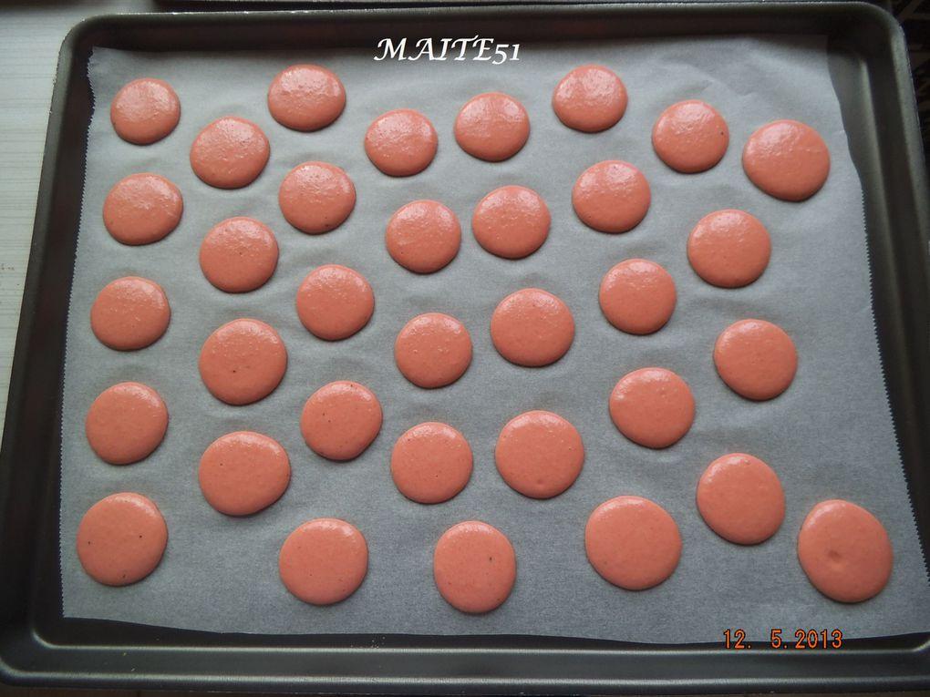 De gauche à droite : Coques roses avant cuisson, après cuisson, Macaron Framboise et Macaron Fraise !